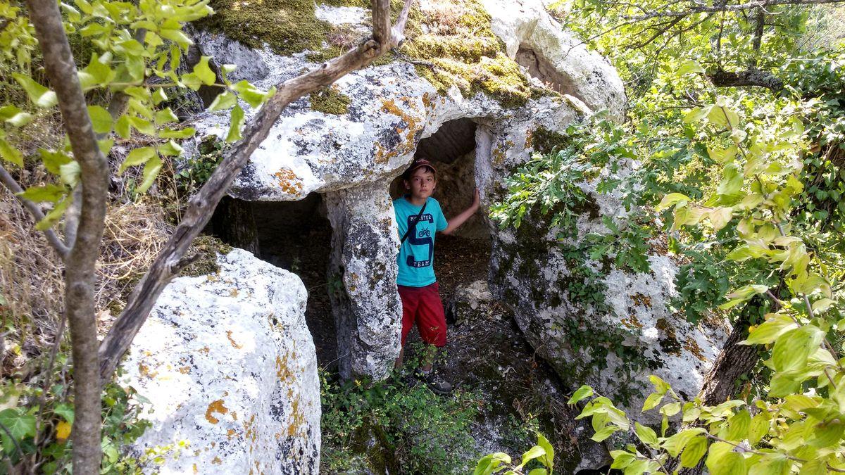Пещеры Эски-Кермен очень заманчивы. Хочется все облазить