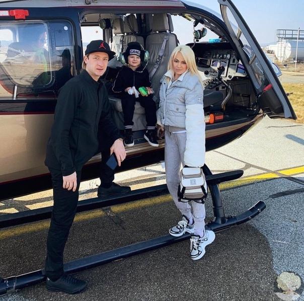 Вот как передвигаются по Франции продюсер Яна Рудковская и олимпийский чемпион Евгений Плющенко с сыном Сашенькой