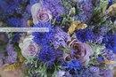 Сиреневый свадебный букет из роз с лавандой и васильками в стиле прованс.