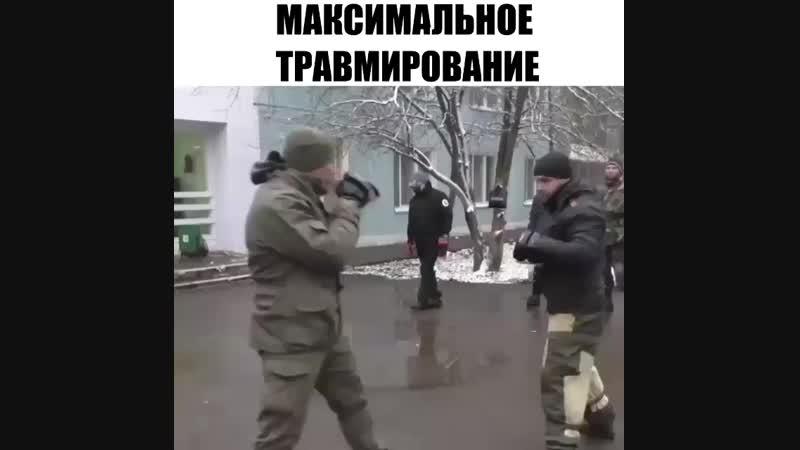 Инструктор по рукопашному бою показывает, что и как нужно делать, чтобы нанести сопернику максимум урона