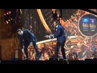 Ритик танцует с Джоном Траволта на сцене IIFA 2014