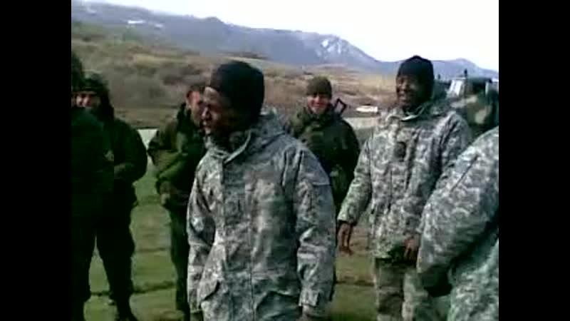 Военные инструкторы-негры из США танцуют с грузинскими солдатами