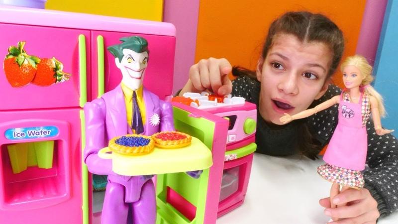 Barbie oyunu. Joker Barbienin kafesindeki turtaları çalıyor! Çocuk videosu