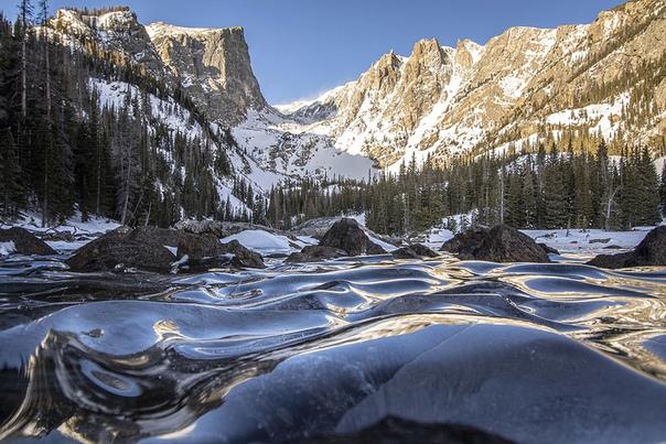 Застывшие во времени волны. Снятый на высоте около 10 000 футов в Скалистых горах Колорадо, серия снимков Эрика Гросса запечатлела высокогорное озеро, покрытое ледяными грядами и провалами,