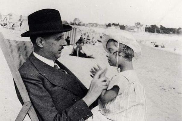 На фотографии, сделанной в 1933 году, генерал Шарль де Голль