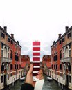 Дизайнер Андреа Антони из Италии фотографирует образцы оттенков цветовой модели Pantone на…