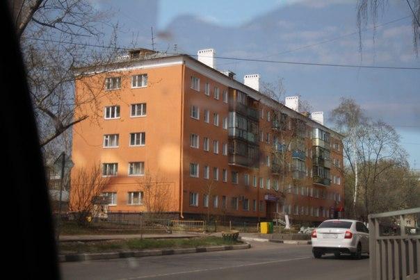 Заштукатурили пятиэтажку. Реновация, однако. Балконы оставили разными. Ну что, тратиться что-ли на них?