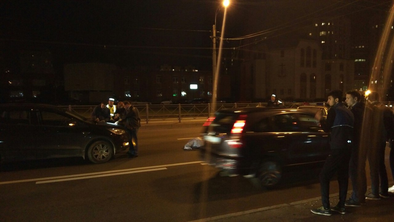 ВПетербурге под колесами иномарки умер велосипедист