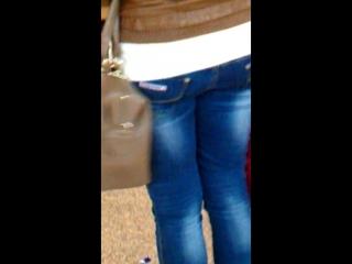 Попа девченки в джинсах. Красивая