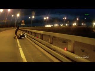 Девушка на мотоцикло, чуть не разбилась.