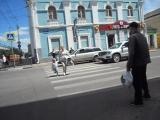 Я снял видео, как женщина перешла дорогу на красный свет для пешеходов, я иду к Орлику