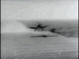 Самолет Corsair F4U роняет бомбу на палубу авианосца