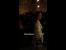 Nina Dobrev posando para fotos durante sua chegada ao Museu Louvre para o desfile da coleção de verão da Louis Vuitton intitula