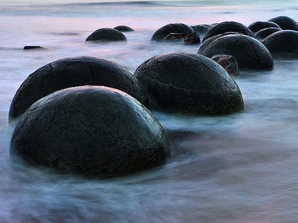 Загадочные камни в Моераки.