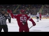 Дмитрий Юдин веселится с линейным арбитром