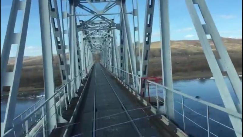 Фура едет по ж д мосту в районе ЧИты 480 X 848 mp4