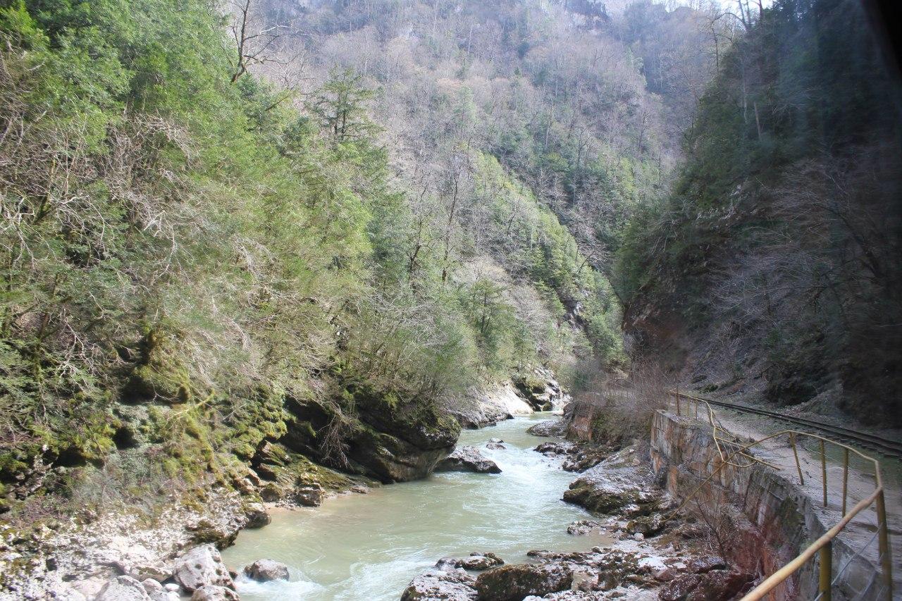 Гуамское ущелье в марте, река Курджипс