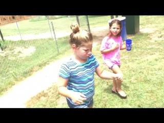 Monkey Throwing Shit[HD,1280x720]