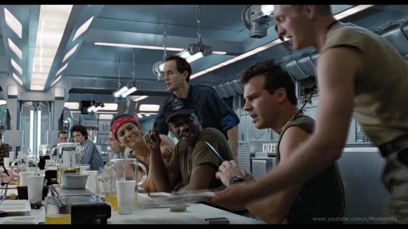 Андроид Бишоп показывает владение холодным оружием.Эпизод фильма «Чужие» 1986 (Aliens, 1986)