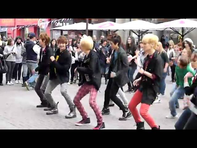 110906 Shinee dances Ring Ding Dong @ Russia - YouTube.FLV