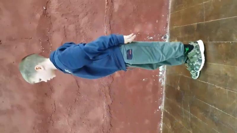 Богдан 6 лет, приседания на 1 ноге