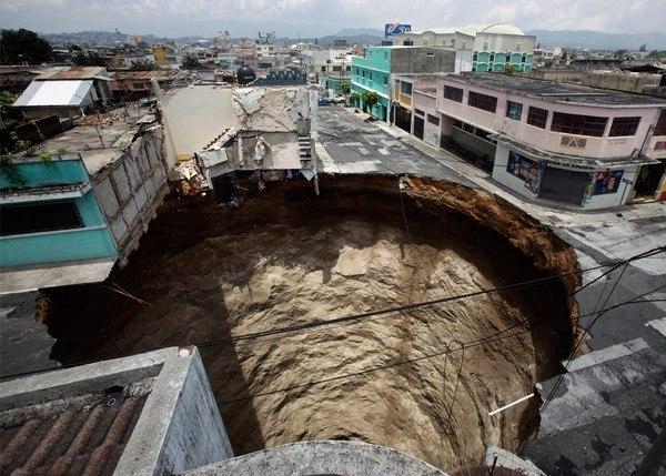 Эта странная дыра появилась в городе гвадалахара в мексике причиной такой аномалии стало то что..