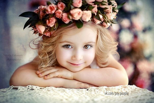Давайте станем чуть добрее, Не будем злиться на других. Жить с добрым сердцем веселее. Ценить друзей, любить родных.  Мы все зависим друг от друга, Плоха ли жизнь, иль хороша. Дождь за окном, кружит ли вьюга. С добром всегда светла душа.