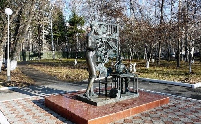 Возле административного корпуса ТГПУ, ул. Герцена, 60-А.