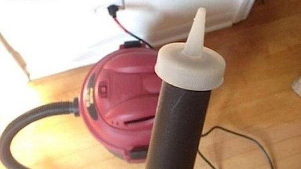 Используйте крышку от бутылочки из-под кетчупа как насадку для пылесоса, чтобы почистить компьютерную клавиатуру, микрофон телефона и другие мелочи.