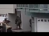 Американский спецназ ШТУРМУЕТ здание...
