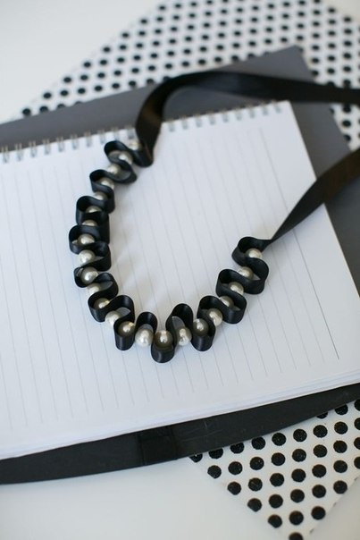 Ожерелье из ленты и бусин