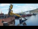 Кран рухнул на катер во время неудачного спуска на воду в Иркутской области