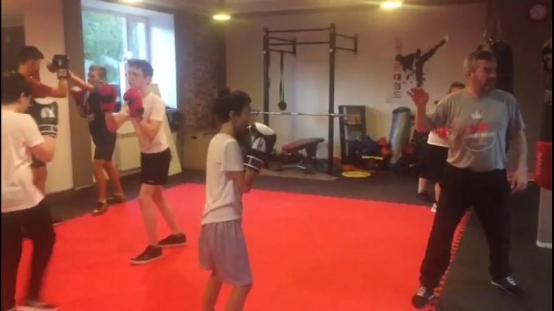Тренировка в подростковой группе по боксу. Тренер Зайнал Акавов.