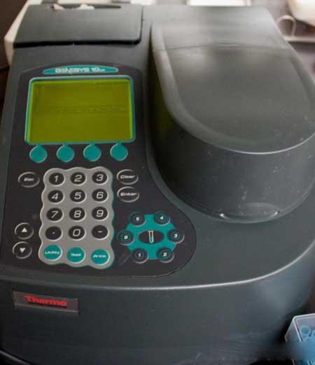 УФ-спектрофотометр измеряет видимый свет
