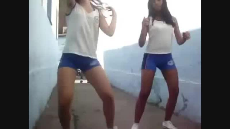 Novinhas dançando funk na escola