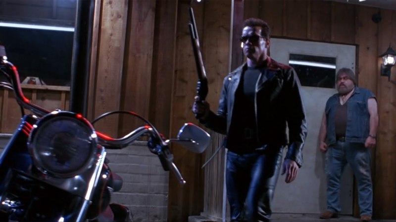 Т-800 забирает солнечные очки у байкера — «Терминатор 2: Судный день» (1991) сцена 1/10 QFHD