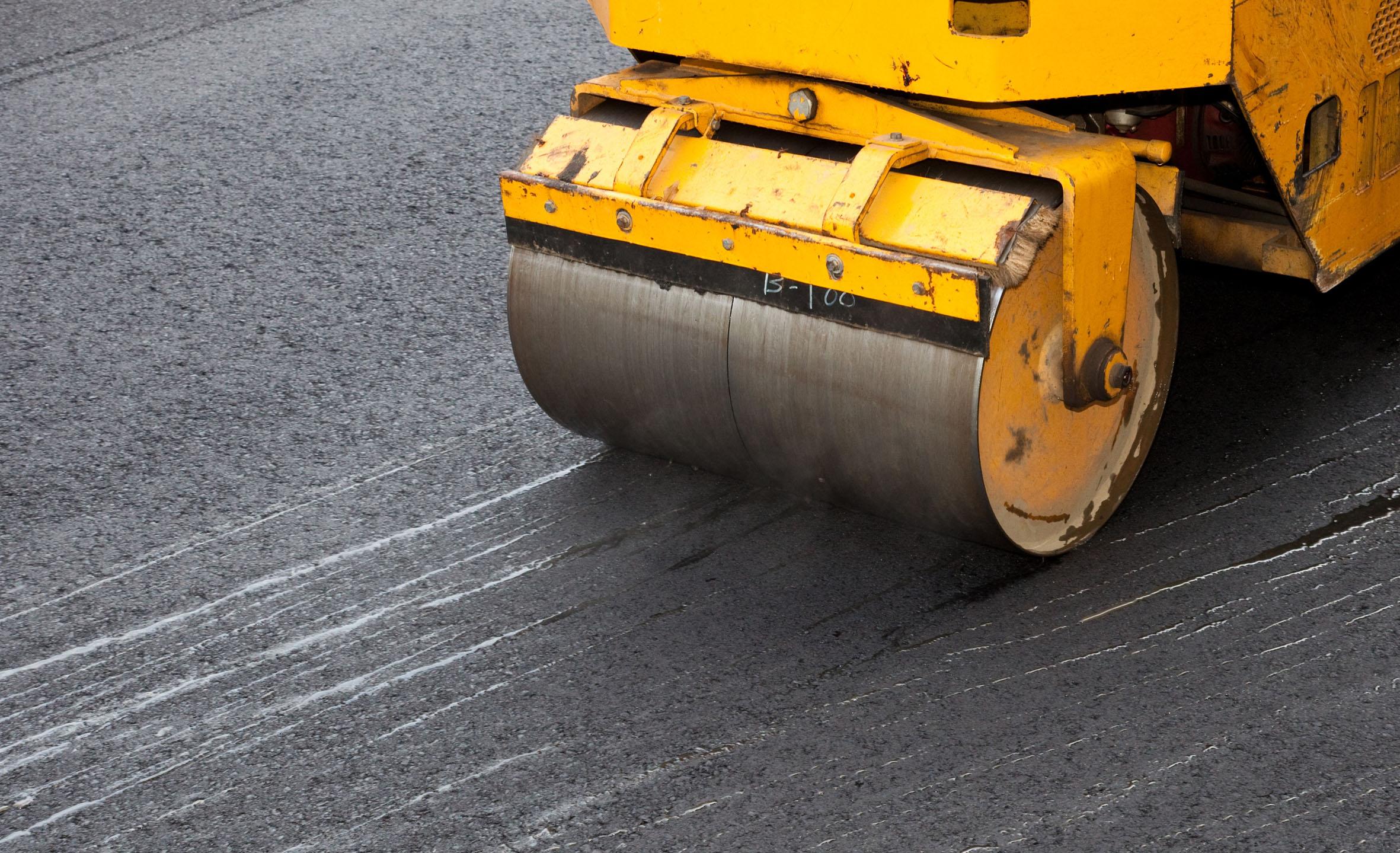 В Дубне проводятся работы по укладке асфальтового покрытия на правой части Дмитровского шоссе