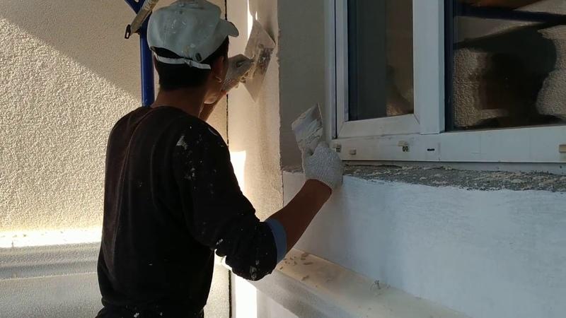 Нанесение камешковой декоративной штукатурки на фасад металлическими тёрками
