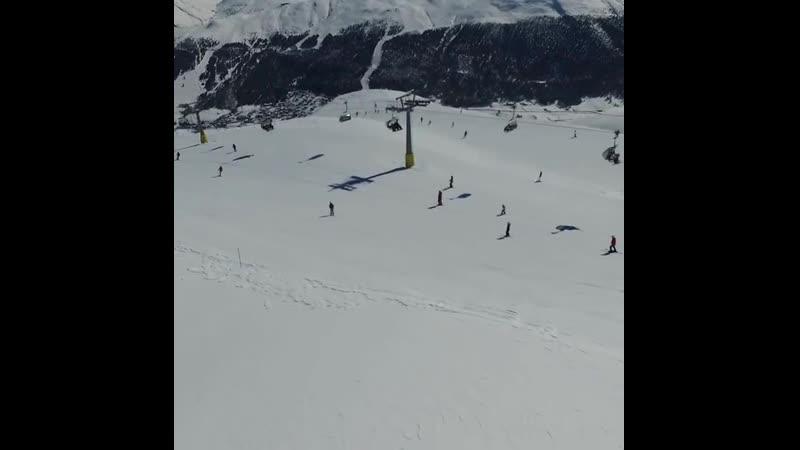 Www.SKITOUR.su - Наш групповой заезд в Ливиньо, от мала до велика. Спуск на склоне Costaccia.  Путешествие в Бормио, март