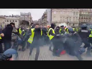 Париж вновь в дыму. Полиция отражает атаки желтых жилетов