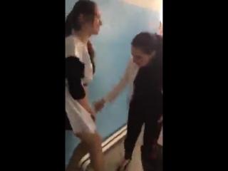 Одноклассницы раздевают школьницу прямо в коридоре школы и показывают трусики в колготках