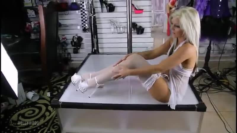 Сексуальная блондинка в чулках и на каблуках