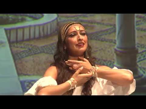 Ju Marconato e o poema O AMOR de Khalil Gibran no Hathor Festival 21 anos de Linda