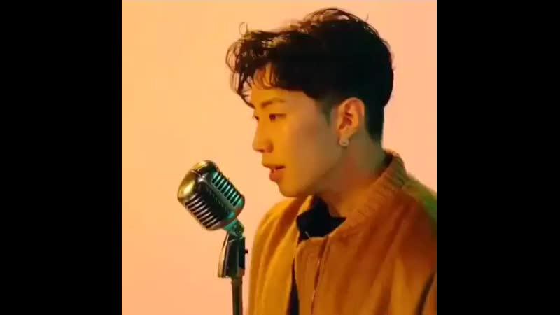 певец поёт