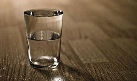 Причина проблем у нас в голове Учитель взял стакан с водой и спросил учеников: – Сколько, по-вашему, весит этот стакан? – Примерно 200 граммов, – ответили ученики. – Как видите, весит он совсем немного, – сказал учитель и спросил: – А что будет, если я подержу этот стакан в течение нескольких минут? – Почти ничего не будет. – Так. А если я подержу его так в течение часа? – Ваша рука устанет. – А если я подержу его несколько часов? – У вас заболит рука. – Правильно. А если я таким образом…