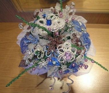 И на последок восхитительный свадебный букет из конфет.  Букеты из бисера для невест.