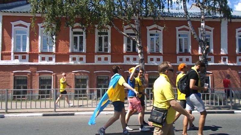 Нижний Новгород. Шествие болельщиков к стадиону. Шведы горланят