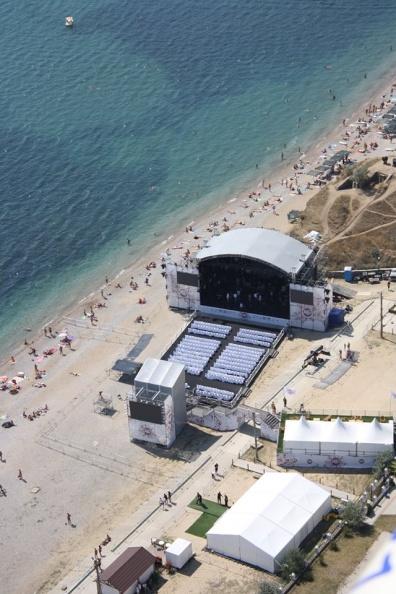 Сцена джазового фестиваля на пляже Коктебеля