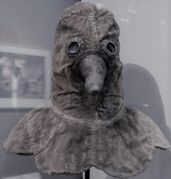Для чего на маске чумного доктора нужен был клюв Известные всем чумные доктора носили специальную маску с клювом. В нём носили разнообразные сильно пахнущие вещества, например, ткань,