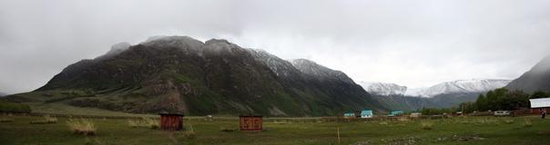 Ещё вчера на этих горах не было снега, а ранним утром снег валил и в долину. Посмотрите каким ровным слоем на верхушке, по линейке выпал снег.